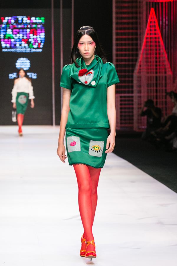 Góp mặt tại đêm thứ 3 của Tuần lễ thời trang quốc tế Việt Nam, nhà thiết kế Hà Linh Thư đã mang đến bộ sưu tập Oriental Crazy. Dot