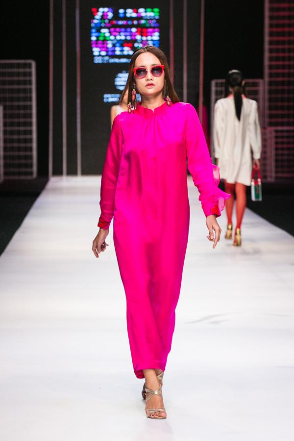 Bằng những thiết kế mang phong cách phóng khoáng và không đặt ra bất kì quy chuẩn nào, Hà Linh Thư muốn thông qua ngôn ngữ thời trang để truyền lửa cho nữ giới đấu tranh bứt phá mọi giới hạn, vươn lên và khẳng định vị trí của mình.
