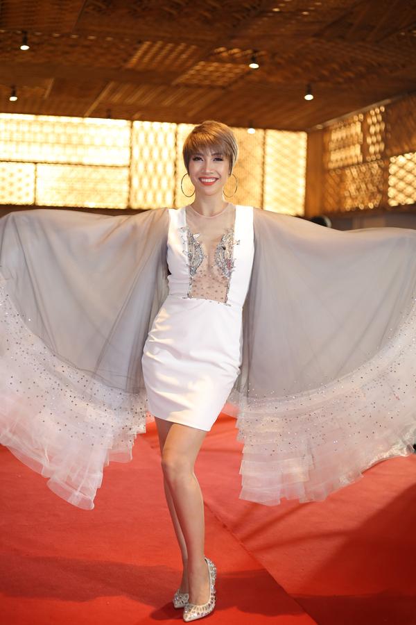 Váy xuyên thấu khoe vòng một khủng còn được bố trí thêm phần tay xoè rộng theo dáng cánh bướm để ca sĩ bung lụa trên thảm đỏ.