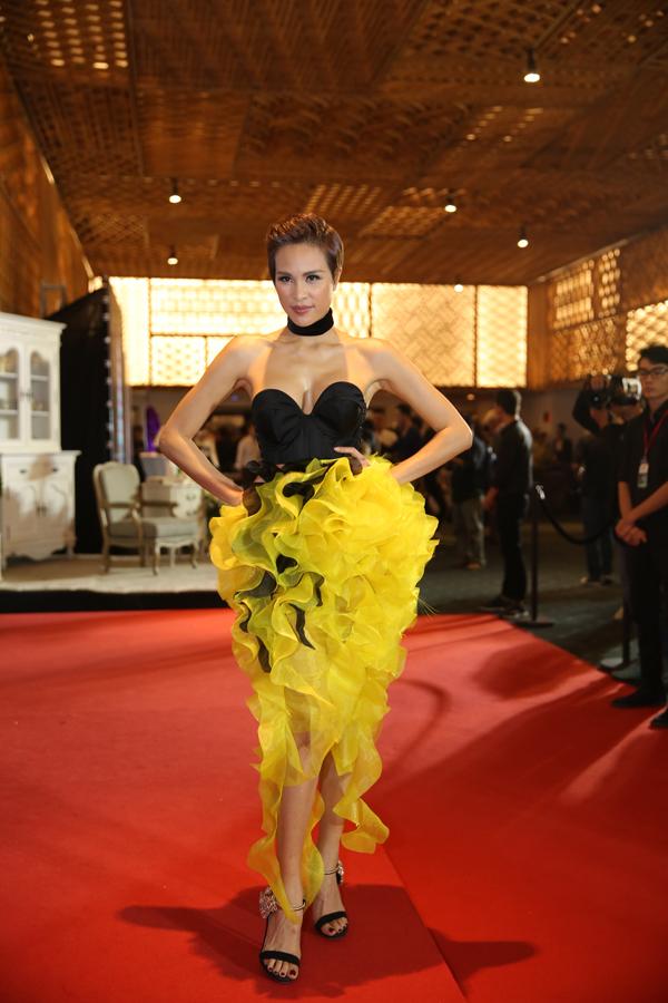 Phương Mai chọn thiêt kế cúp ngực sexy đi kèm chân váy bèo nhún vàng rực.