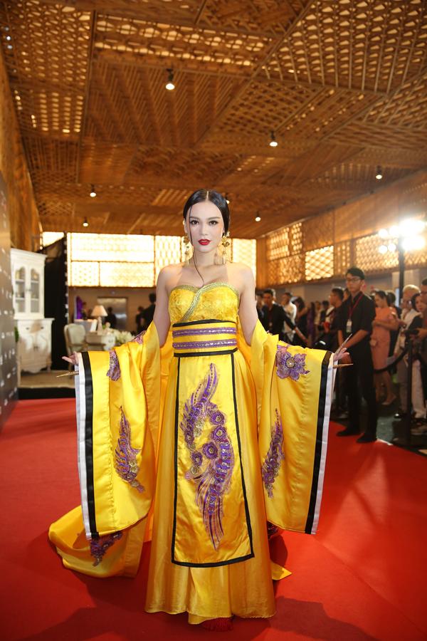 Cao Thuỳ Linh chọn trang phục mang hơi hướng phong cách cổ trang khi đến theo dõi chương trình thời trang.