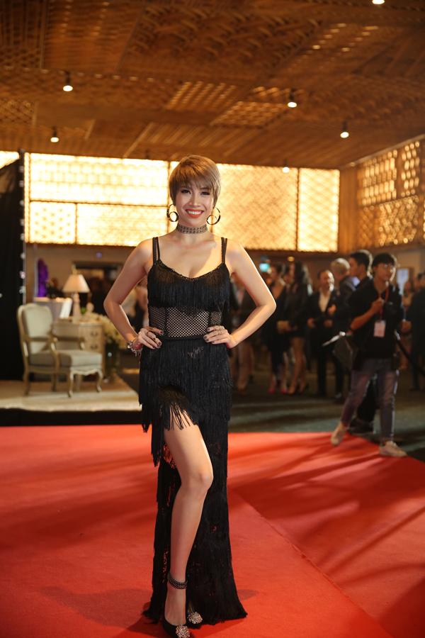 Pha Lê tự biến thảm đỏ thành sàn diễn thời trang và liên tục thay đổi trang phục.