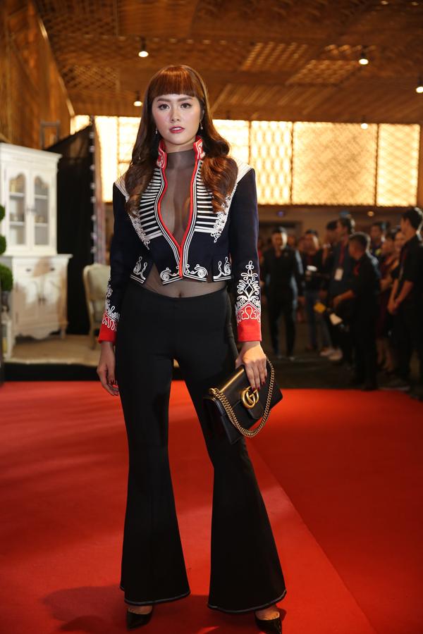 Huỳnh Tiên khoe vòng một khủng với trang phục kiệm vải.