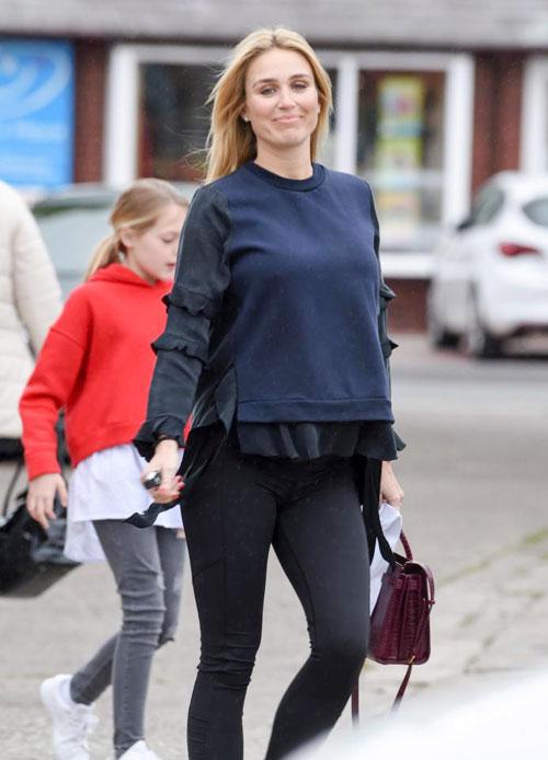 Mang thai ở tháng thứ 8 nhưng bà xã cựu tiền vệ Liverpool