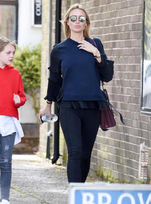 Mang thai ở tháng thứ 9 nhưng bà xã cựu tiền vệ Liverpool vẫn có thân hình gọn gàng, thanh mảnh đáng ngưỡng mộ.