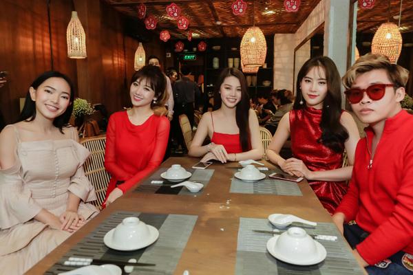 hari-won-dien-vay-do-ruc-mot-minh-di-su-kien-7