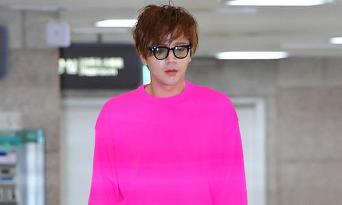 Jang Geun Suk mặc áo hồng rực điệu đà như con gái