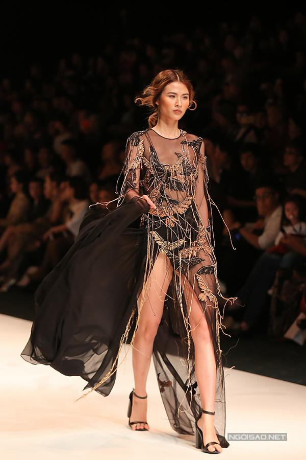 Không dừng lại ở việc tạo nên nhiều kiểu áo váy áo đa dạng, nhà thiết kế còn kết hợp nhuần nhuyễn rất nhiều chất liệu cùng nhau như lụa, sheer, len, lông thú...
