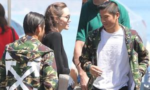 Pax Thien đi ăn trưa cùng mẹ Angelina Jolie