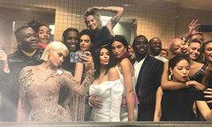 Dàn sao chen chúc selfie trong nhà vệ sinh