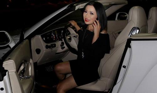 Hoa hậu Kristine Thảo Lâm lái xế sang tới sự kiện