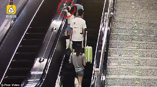 Cô gái trẻ vung tay tát người đàn ông bóp mông mình giữa chốn đông người.
