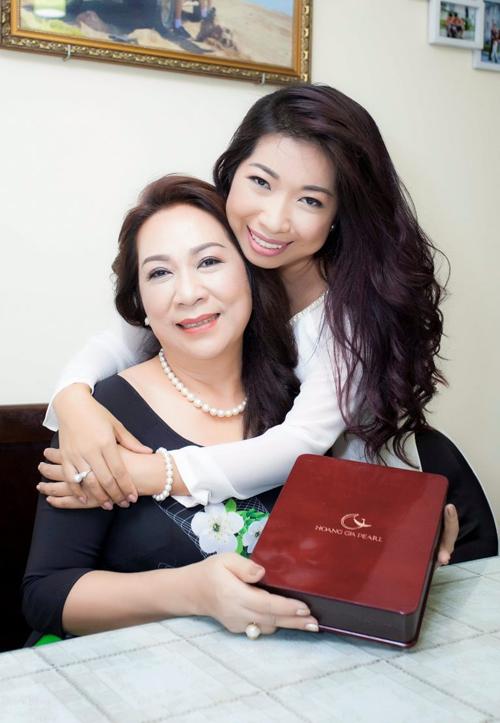 Thể hiện tình yêu thương mẹ bằng những món quà trang sức ngọc trai của Hoàng Gia Pearl, bạn sẽ cảm nhận niềm hạnh phúc lung linh trong mắt mẹ.