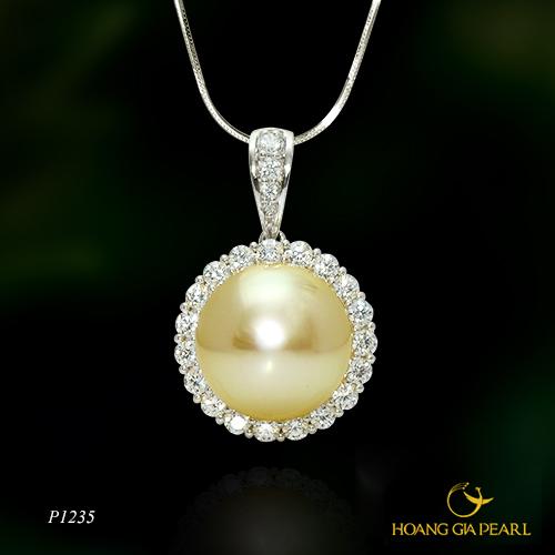Nếu muốn tìm một món quà nhỏ gọn, sang trọng đầy ý nghĩa và quan trọng là mẹ có thể mang theo bên mình suốt ngày, một chiếc mặt dây chuyền ngọc trai South Sea ánh vàng kim quý phái chính là gợi ý lý tưởng