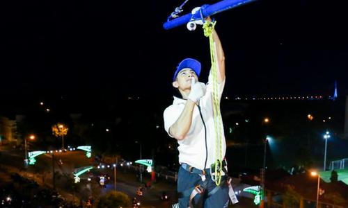 Isaac selfie lơ lửng ở độ cao 20m