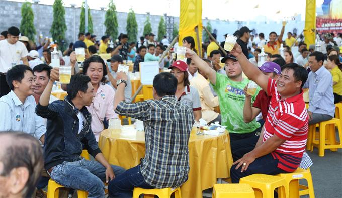 hon-8000-nguoi-thuong-thuc-bia-tuoi-tai-hau-giang-3