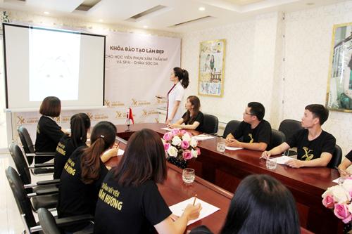 Chị Xuân Hương trực tiếp tham gia giảng dạy cho các học viên.