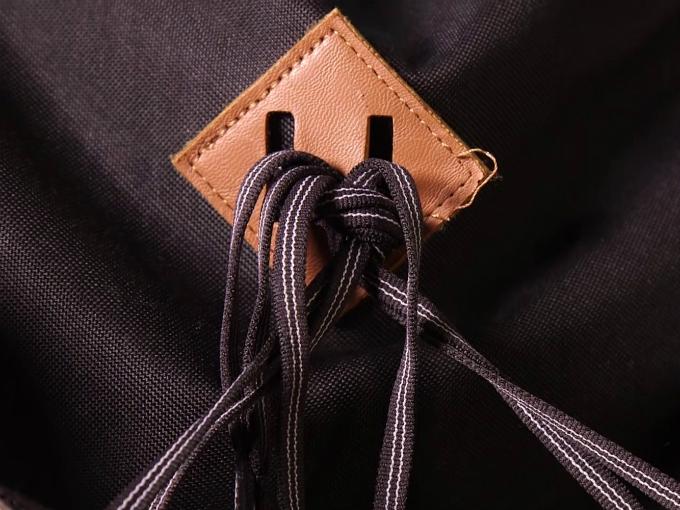 Mảnh da đó được gọi là thẻ buộc dây. Thẻ buộc dây xuất hiện không phải chỉ để balo trông sành điệu hơn, mà còn có chức năng cụ thể.