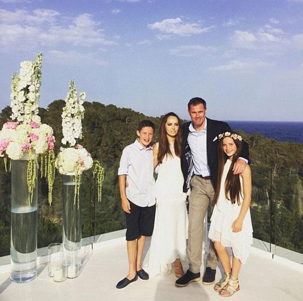 Gia đình Carragher chụp ảnh kỷ niệm tại Ibiza nhân dịp 10 năm ngày cưới.