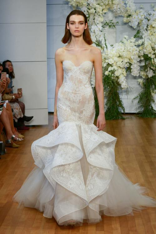 Mẫu váy đuôi cá cúp ngực với ren cầu kỳ và đuôi xòe lớn dành cho cô dâu dáng cao.