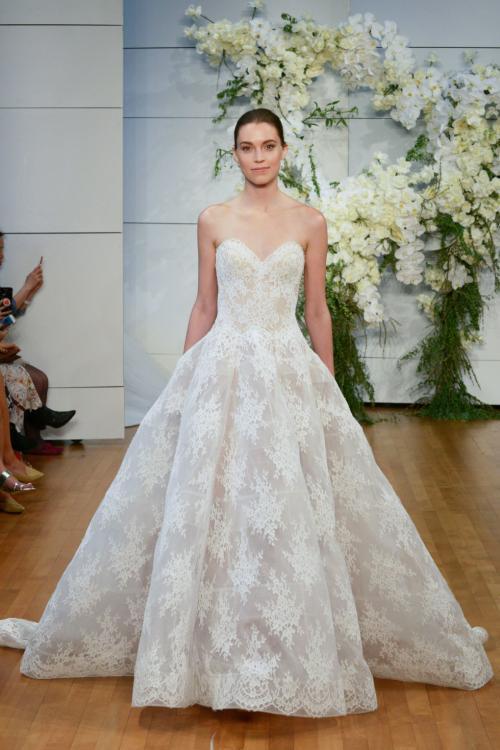Nữ thiết kế gốc Á tạo sự lựa chọn đa dạng cho cô dâu với nhiều kiểu dáng như đầm xòe, váy đuôi cá, đầm quây, thiết kế cổ chữ V, phủ vai, trang phục hai dây hoặc dài tay...