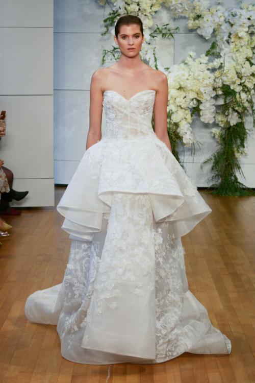 Tuy vậy, trang phục không hề lạc điệu với truyền thống vì vẫn giữ được nét trang nhã và vẻ thiêng liêng thường thấy ở váy cưới.