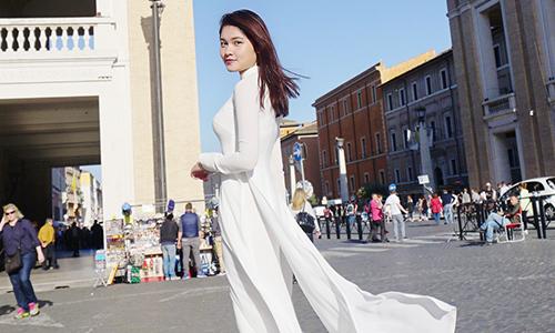 Thùy Dung duyên dáng áo dài tại Vatican