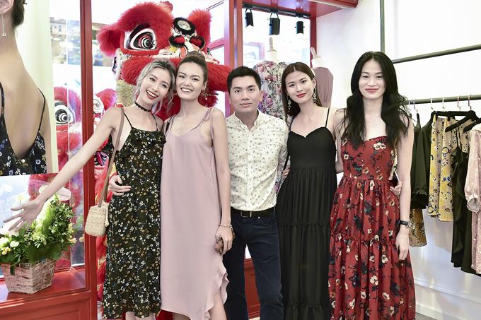 Giám đốc sáng tạo Nguyễn Hoàng Anh cùng các người đẹp tại buổi tiệc khai trương.