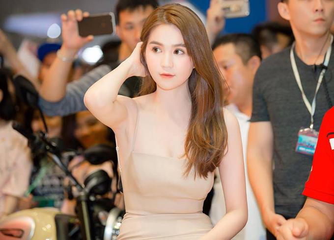 ngoc-trinh-khoe-lung-tran-sexy-trong-su-kien-2
