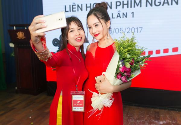 lan-phuong-dien-vay-do-ruc-di-cham-thi-phim-ngan-6