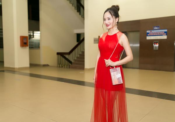 lan-phuong-dien-vay-do-ruc-di-cham-thi-phim-ngan-1