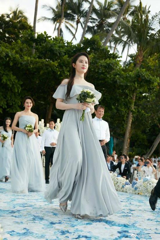 Ngày 6/5, Lưu Diệc Phi dự đám cưới của bạn thân thời đại học - diễn viên Chu Dương, người đẹp cùng 4 cô bạn khác đảm nhận vai trò phù dâu. Một vài hình ảnh của