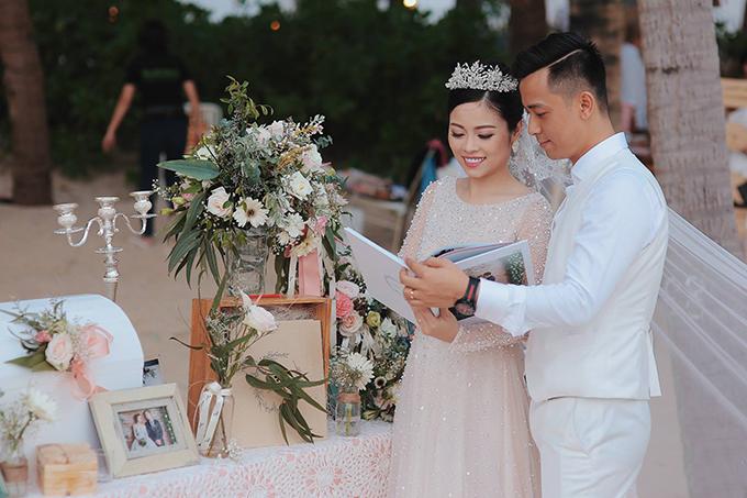 Hoa sử dụng trong đám cưới phần lớn là hoa tươi nhập khẩu, được vận chuyển bằng máy bay từ Hà Nội và TP HCM vào Đà Nẵng. Một phòng lớn trong resort được sử dụng để bảo quản hoa.