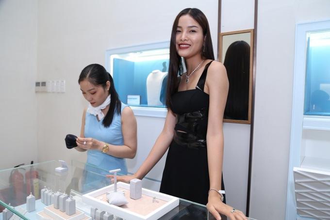 Trà My - Top 4 Vietnams Next top Model 2013 tự tin với dây chuyền kim cương đính đá ngọc lục bảo Colombia
