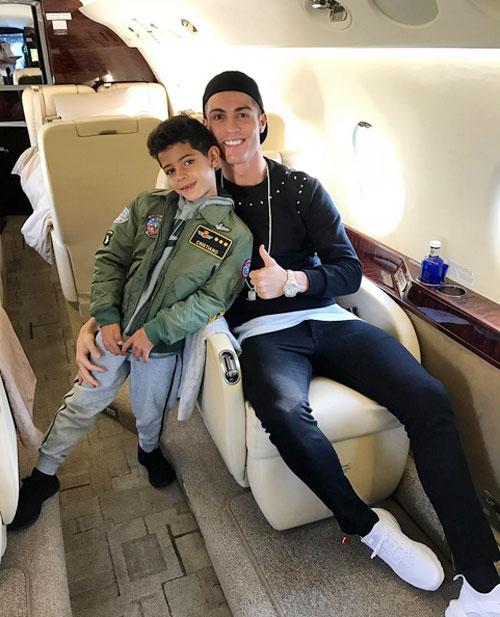 C. Ronaldo và con trai trong một chuyến đi nghỉ mát. Ảnh: Instagram.