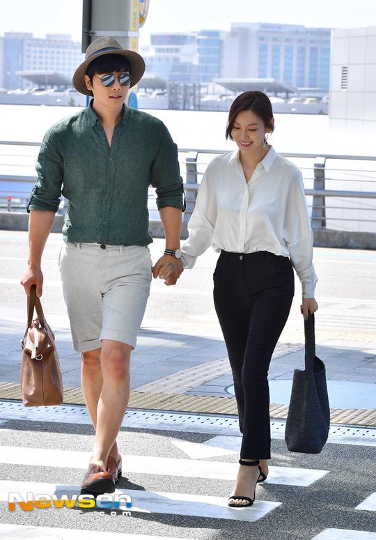 Đôi uyên ương Kim So Yeon, Lee Sang Woo trở thành tâm điểm chú ý, khi cặp đôi tay trong tay xuất hiện tại sân bay Incheon hôm qua 7/5. Cặp đôi lên đường sang nước ngoài chụp ảnh cho một tạp chí thời trang.