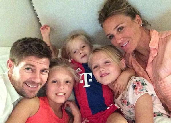 Vợ chồng Gerrard bên 3 cô con gái xinh
