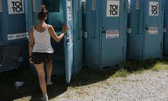 Nước Áo mở lớp dạy phụ nữ tiểu đứng như nam giới