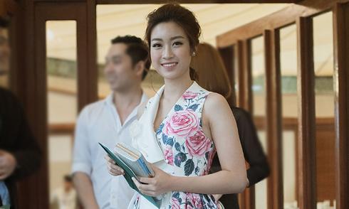 Hoa hậu Mỹ Linh mặc thanh lịch đi xem thời trang
