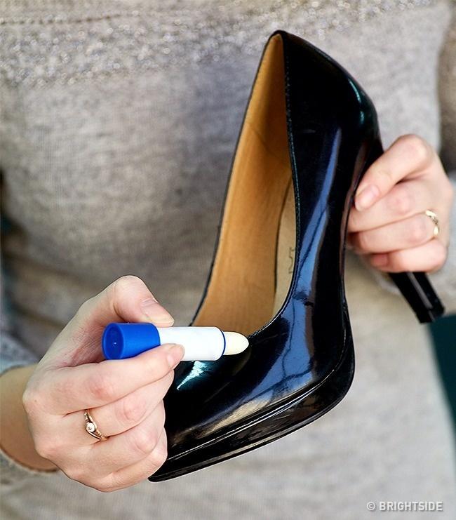Che giấu những vết xước trên giày da bóng dễ dàng bằng son dưỡng môi.