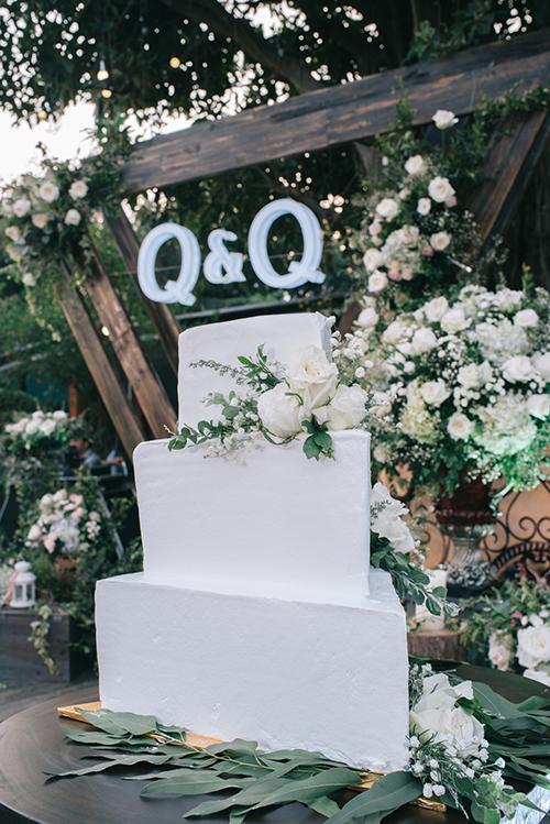 Địa điểm hai người lựa chọn là một nhà hàng xanh mát tại Hà Nội với mong muốn sẽ có một đám cưới mang phong cách phóng khoáng thay vì đãi tiệc trong phòng kín với gió điều hòa.