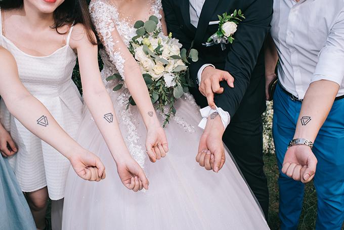 Đám cưới của Quân  Quý được lên ý tưởng dựa theo hình xăm đôi của hai người: biểu tượng 3 tam giác cân lồng vào nhau, tượng trưng cho sự bền vững và sự đoàn kết.