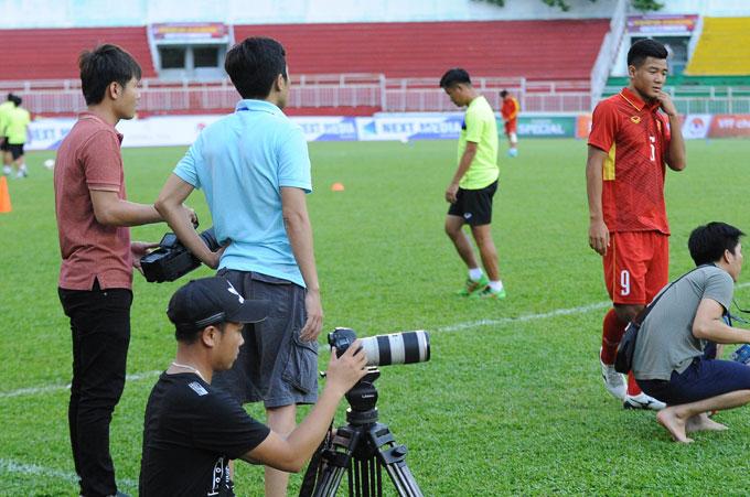 1 Trước khi bước vào buổi tập các cầu thủ u 20 VN dành khá nhiều thời gian cho việc ghi hình quản bá cho chiến dịch u 20 thế giới sắp tới