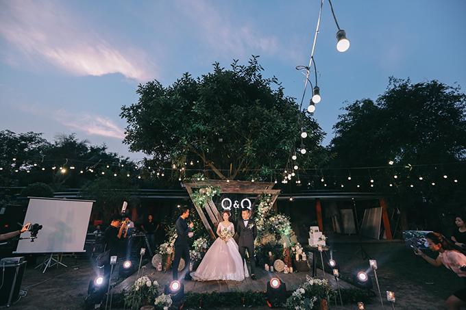 Tất cả các chi tiết trong đám cưới đều được decor theo biểu tượng này, từ những chi tiết nhỏ như: thiệp cưới, album ảnh cưới, vỏ đựng album, sân khấu, bàn đón tiếp, thùng tiền cưới, bánh cưới....