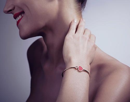 Đây là dịp để những người con thể hiện tình cảm của mình với đấng sinh thành. Bên cạnh những lời chúc thân thương, một món quà nhỏ ý nghĩa cũng là tặng phẩm không thể thiếu. Những món trang sức lấp lánh nằm trong bộ sưu tập Happy Diamonds của Chopard là một gợi ý.
