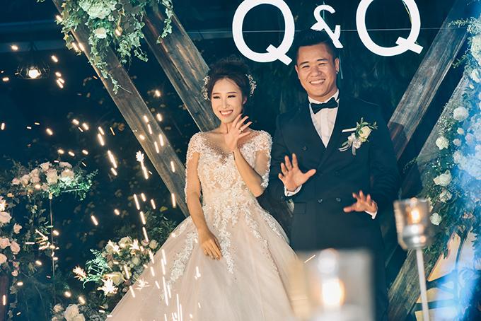 Hồng Quân và Thu Quý là cặp đôi từng nổi tiếng trên khắp các mặt báo với bộ ảnh cưới kỳ công Nắm tay nhau chạy khắp các con phố 3 miền. Hồng Quân sinh năm 1985 là một nhiếp ảnh gia nổi tiếng, còn Thu Quý sinh năm 1993, hiện là quản lý studio.