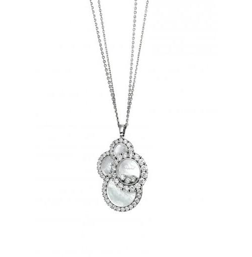 Như một đám mây thư thái và dịu êm, chiếc dây chuyền thuộc bộ sưu tập Happy Dream nằm trong dòng Happy Diamond ra mắt vào năm 2016. Thiết kế được tạo tác từ vàng trắng 18K với 4 hình tròn đan vào nhau tự như một đám mây đang bồng bềnh trôi. Trên bề mặt của dây chuyền cũng được khảm trai vân đám mây tự nhiên, cùng 4,61 carats kim cương được cấn ổ chấu.