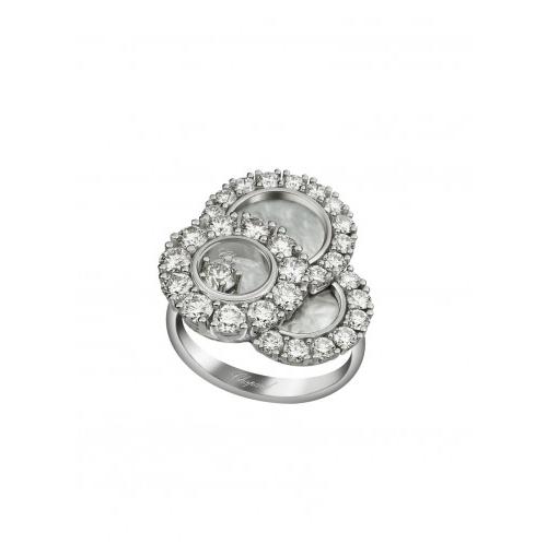 Nhẫn Happy Diamond được chế tác từ vàng trắng 18K với ba hình tròn mặt ngọc trai nạm đính 1,92 carats kim cương cắt kiểu tròn. Sắc trắng mờ ảo của ngọc trai cộng hưởng với ánh sáng chiết quang của kim cương tạo hình ảnh rạng rỡ cho người đeo.