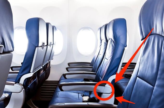 Tuy nhiên, có thể bạn chưa biết một nút bấm khác thần bí hơn, giúp bạn dễ thở hơn đôi chút trong suốt chuyến bay. Và nút bấm này chỉ xuất hiện ở ghế ngồi sát lối đi.