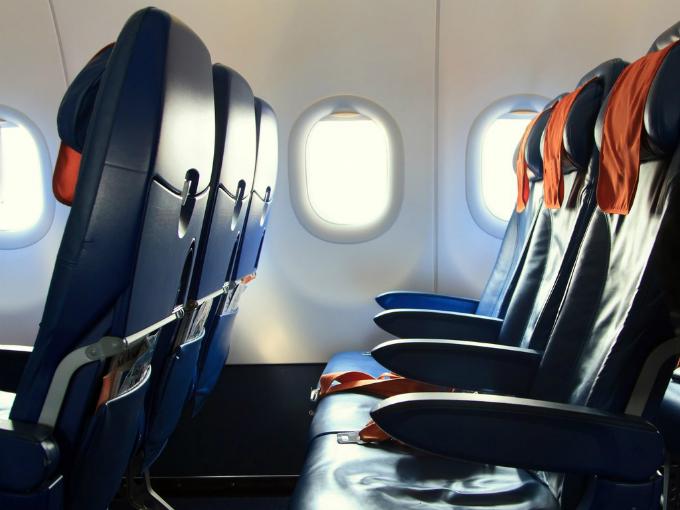 Máy bay luôn là đối tượng mang nhiều bí ẩn với những điều chỉ có chuyên gia mới có lý giải như vì sao cửa sổ lại hình ovan, vì sao lại phải tắt đèn khi cất hạ cánh, vì sao cửa sổ máy bay lại có một lỗ nhỏ... Ghế ngồi trên máy bay cũng không ngoại lệ